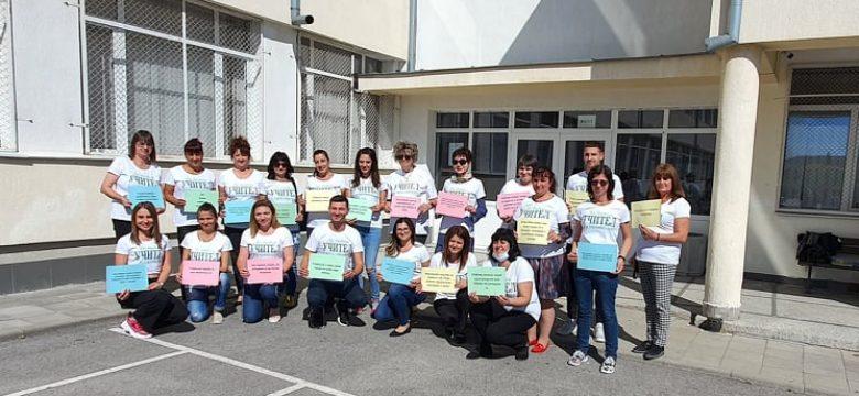 """Тениски с надпис  """"Да си учител е призвание!"""" облякоха преподавателите в ОУ""""Двайсти април"""" в Световния ден на учителя"""